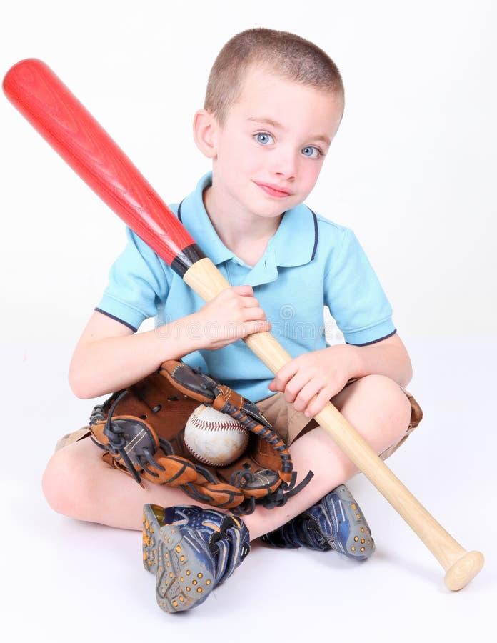 Menino que prende um bastão de beisebol com esfera e glov imagens de stock