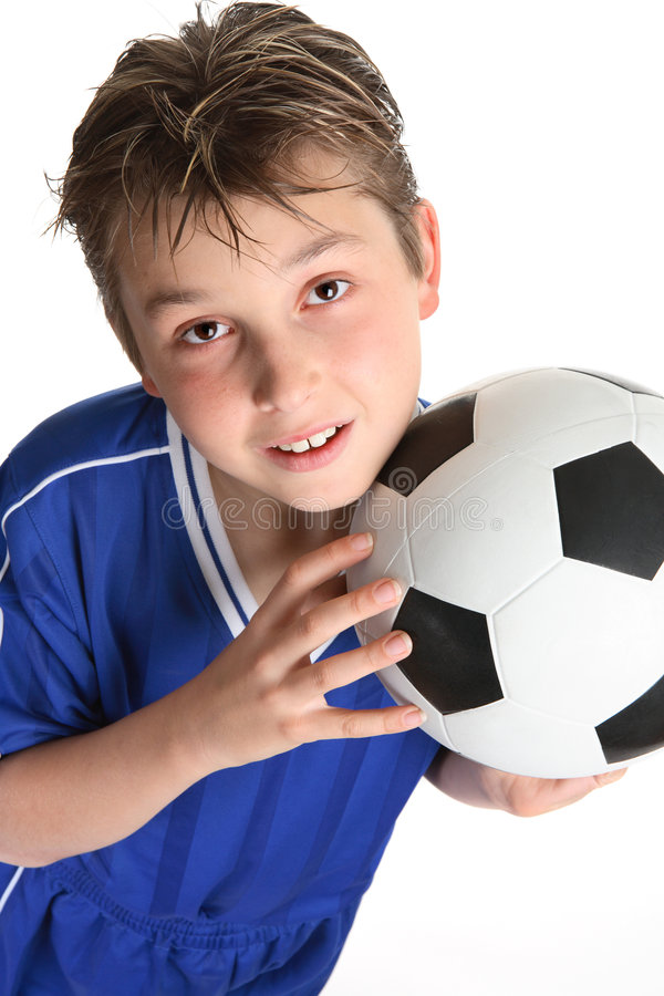 Menino que prende uma esfera de futebol imagens de stock royalty free
