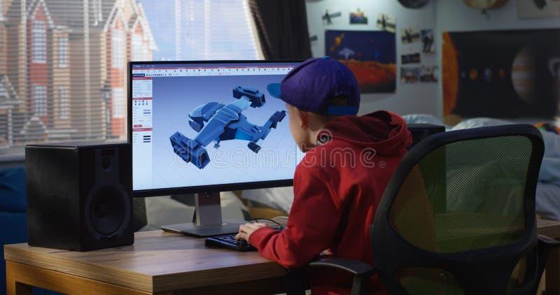 Menino que projeta o avião em um computador imagem de stock royalty free