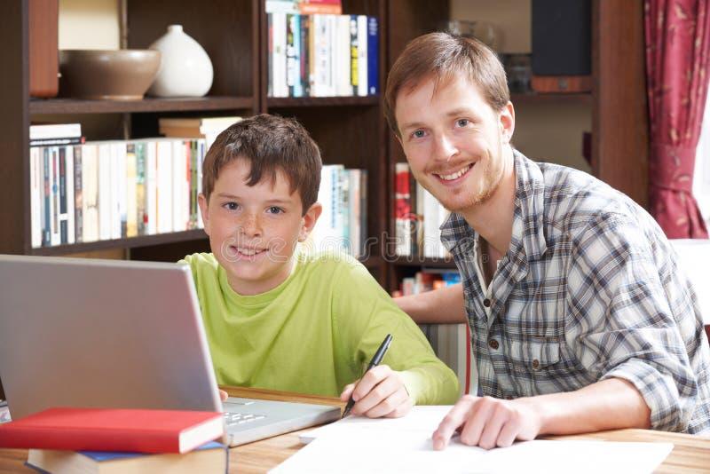 Menino que trabalha com no tutor At Home foto de stock royalty free
