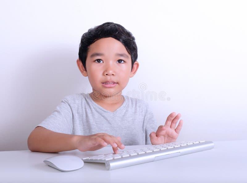 Menino que trabalha no computador imagens de stock