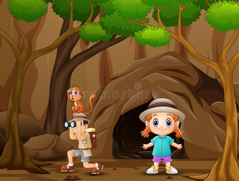 Menino que usa binóculos com uma menina na parte dianteira a caverna ilustração royalty free