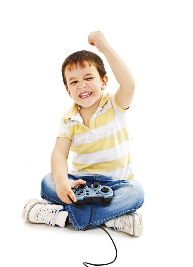 Menino que usa o controlador do jogo video fotografia de stock royalty free