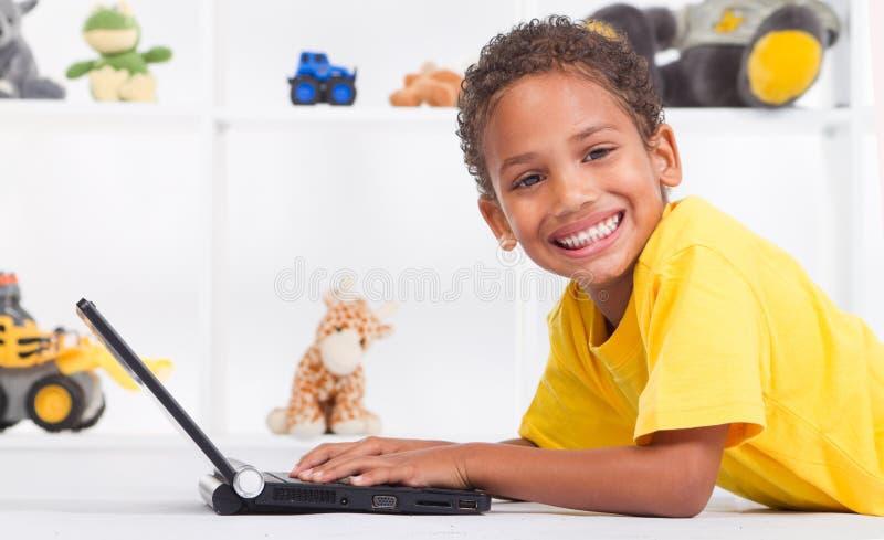 Menino que usa o portátil imagens de stock royalty free