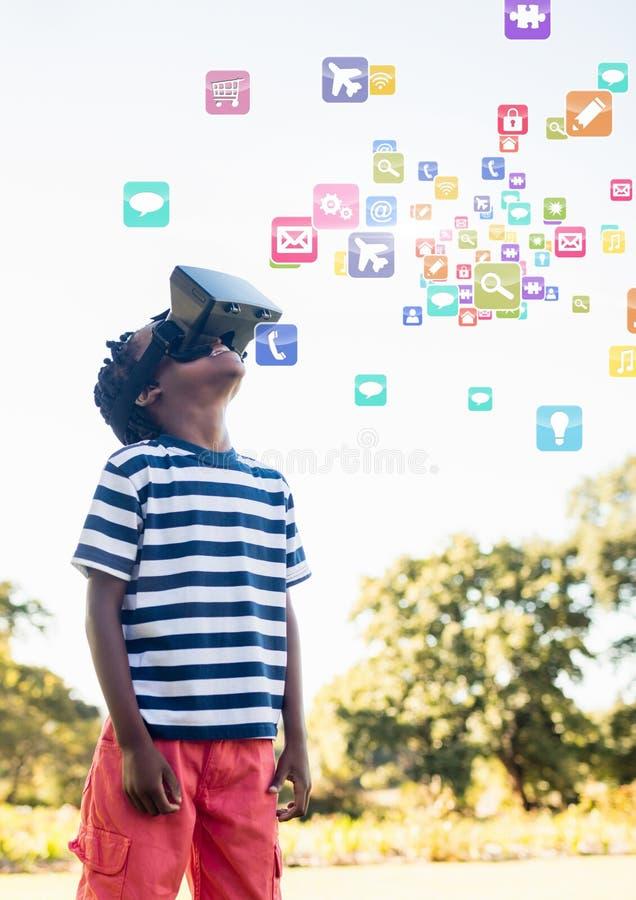 Menino que veste auriculares da realidade virtual de VR com relação imagens de stock