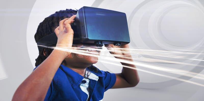 Menino que veste o simulador da realidade virtual imagens de stock