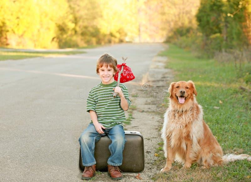 Menino que viaja com cão imagem de stock