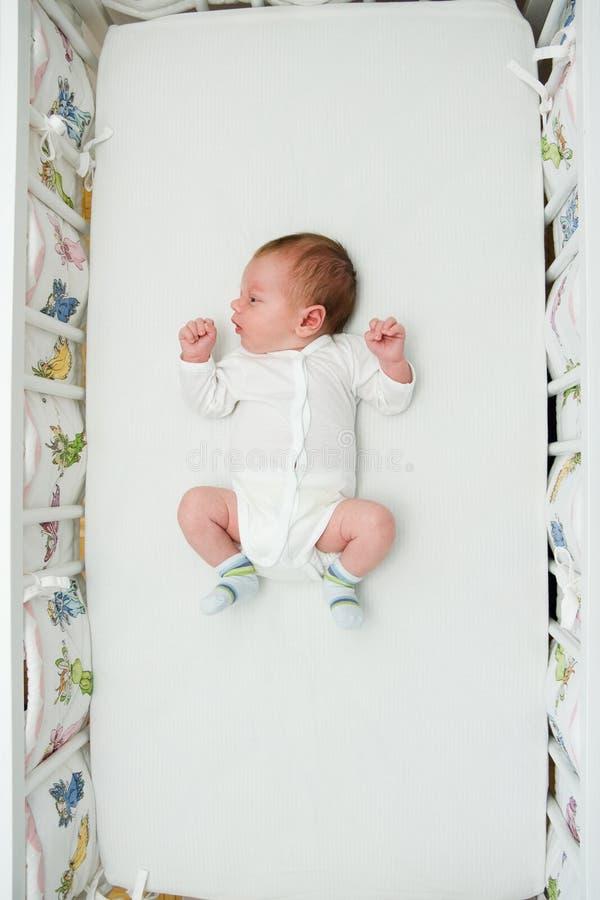 Menino recém-nascido que dorme na cama grande fotos de stock