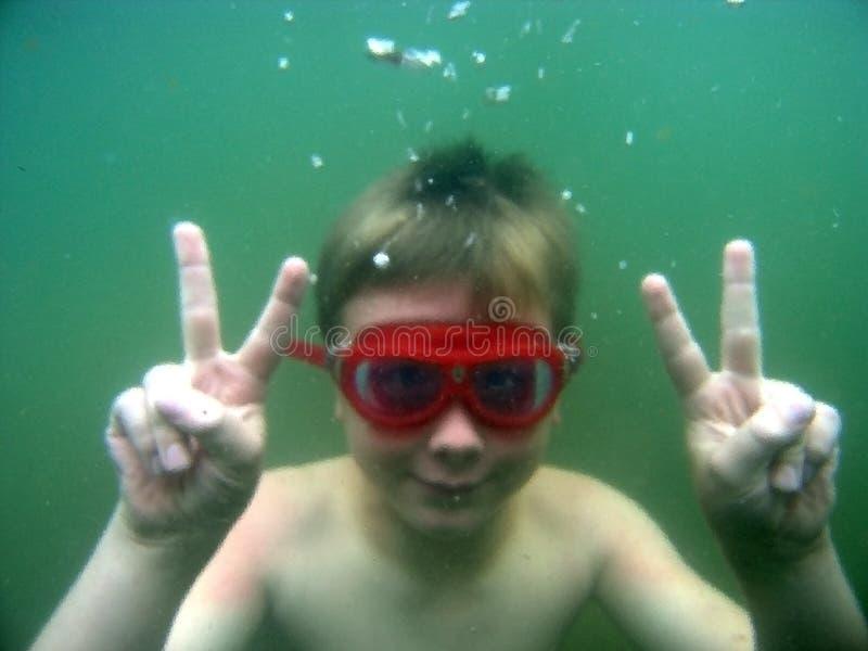 Menino subaquático no lago fotografia de stock