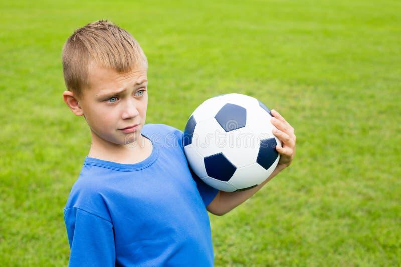 Menino surpreendido com bola de futebol. imagem de stock royalty free