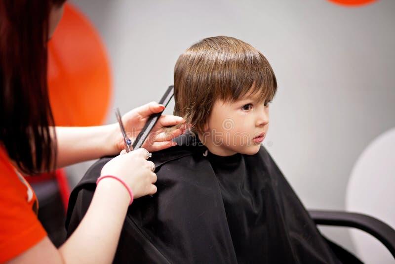 Menino, tendo o corte de cabelo imagens de stock