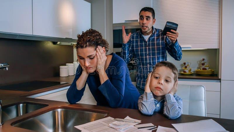 Menino triste com sua argumentação dos pais imagens de stock