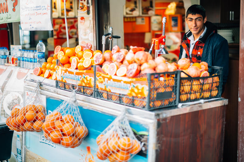 Menino turco novo que vende frutos fotografia de stock royalty free