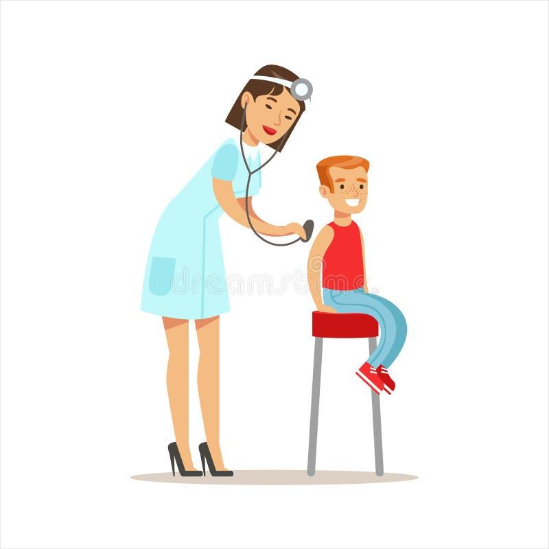 Menino verificado com o Sthetoscope no controle médico com o doutor fêmea Doing Physical Examination do pediatra pre ilustração royalty free