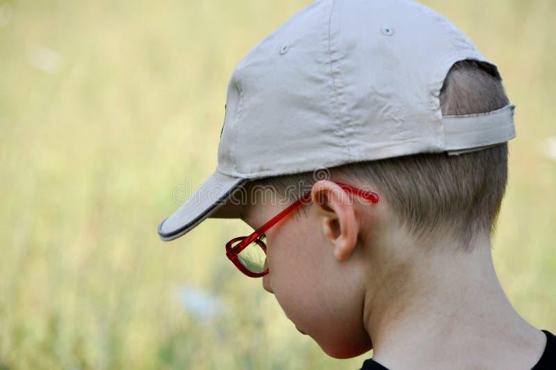 Menino vermelho dos jovens do eyewear imagens de stock royalty free