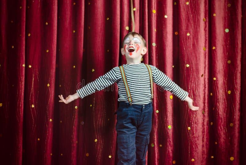 Menino vestido como o palhaço Performing na fase foto de stock royalty free