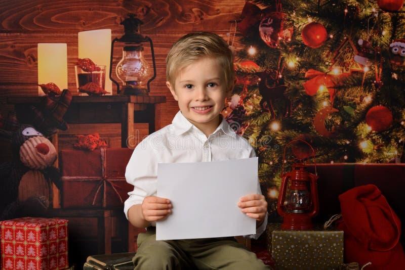 Menino vestido no Natal de Papai Noel imagem de stock royalty free