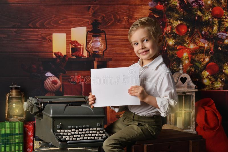 Menino vestido no Natal de Papai Noel fotos de stock