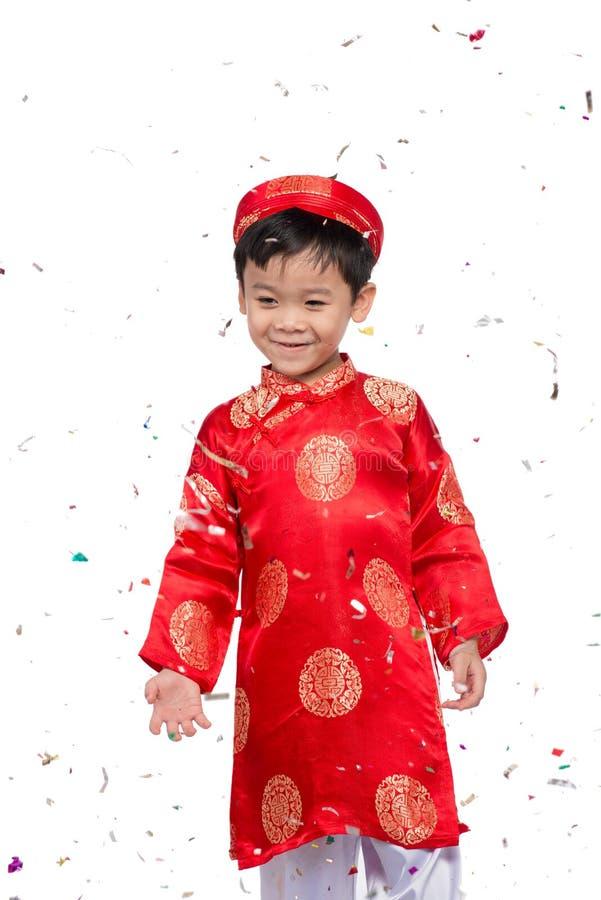 Menino vietnamiano feliz em Ao vermelho Dai que comemora o ano novo com engodo foto de stock royalty free