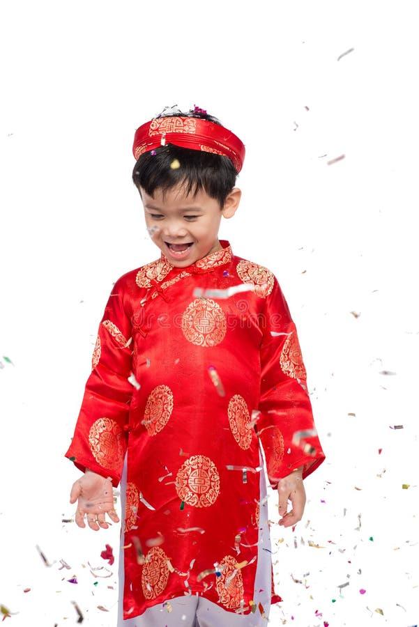 Menino vietnamiano feliz em Ao vermelho Dai que comemora o ano novo com engodo imagens de stock