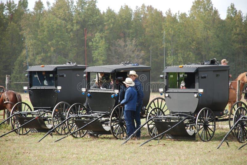 Meninos adolescentes de Amish que penduram para fora em um carrinho foto de stock