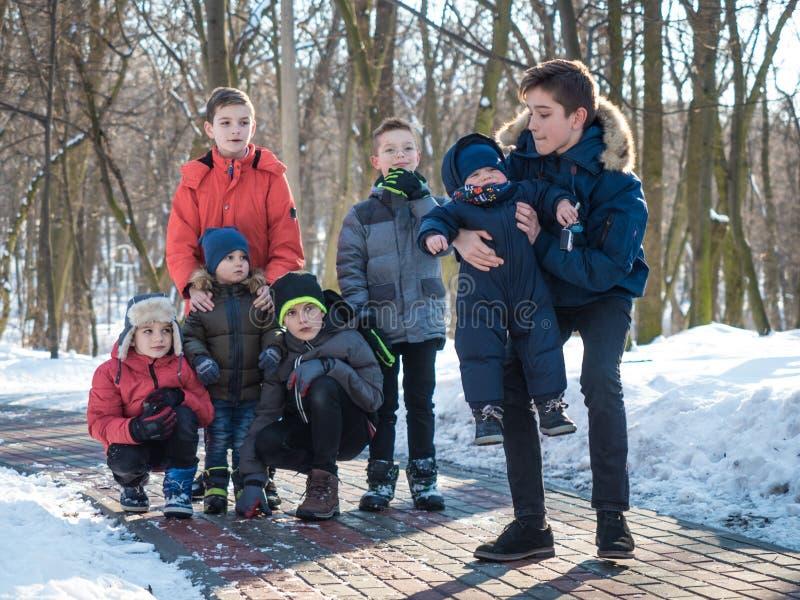 Meninos adoráveis no parque do inverno imagem de stock royalty free