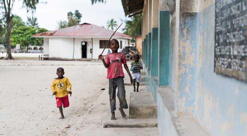 Meninos africanos pequenos bonitos em uma rua em Zanzibar imagens de stock