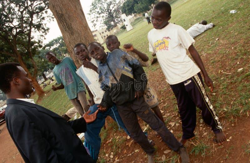 Meninos colagem-sniffing novos em Kampala, Uganda fotografia de stock