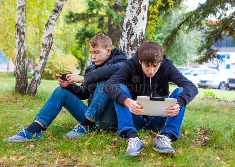 Meninos com dispositivos imagem de stock royalty free