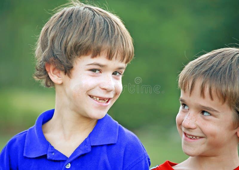 Meninos com expressões bonitos imagem de stock