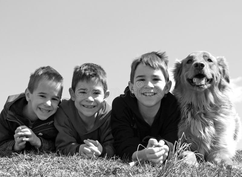 Meninos com o cão imagens de stock