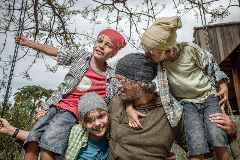 Meninos com o pai no balanço fotos de stock royalty free