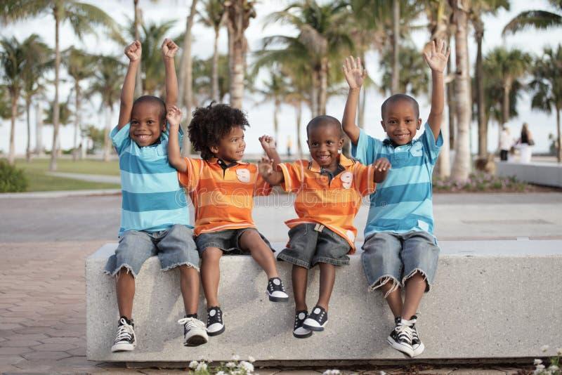 Meninos com os braços outstretched fotos de stock