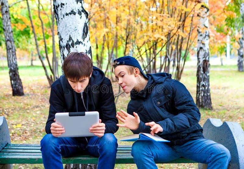 Meninos com a tabuleta exterior fotografia de stock royalty free