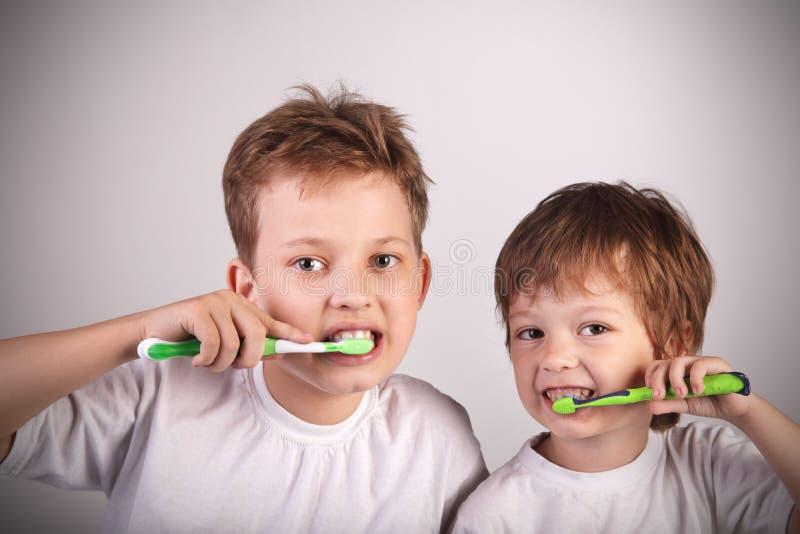 Meninos com toothbrush foto de stock royalty free