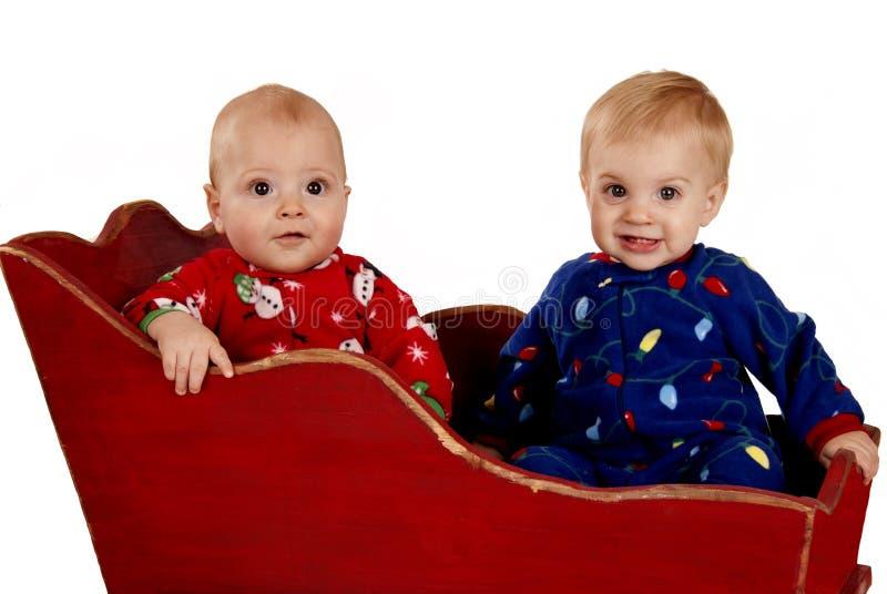 Meninos da criança nos pijamas do Natal felizes imagem de stock royalty free