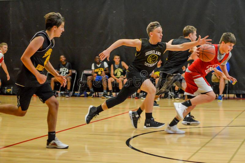 Meninos da High School que jogam o basquetebol imagem de stock royalty free