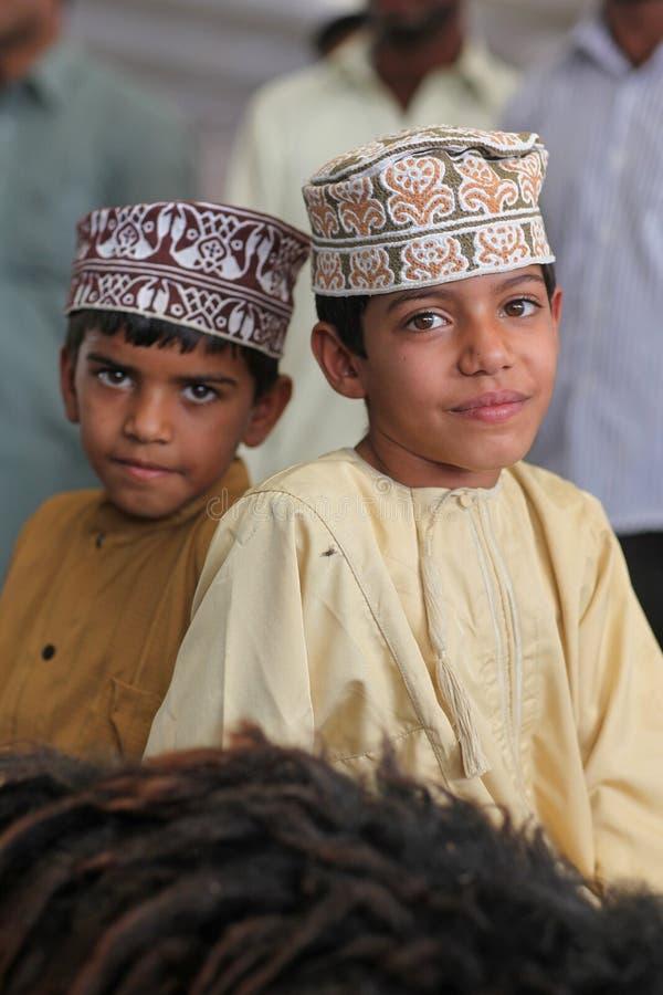 Meninos de Oman com roupa tradicional fotos de stock royalty free