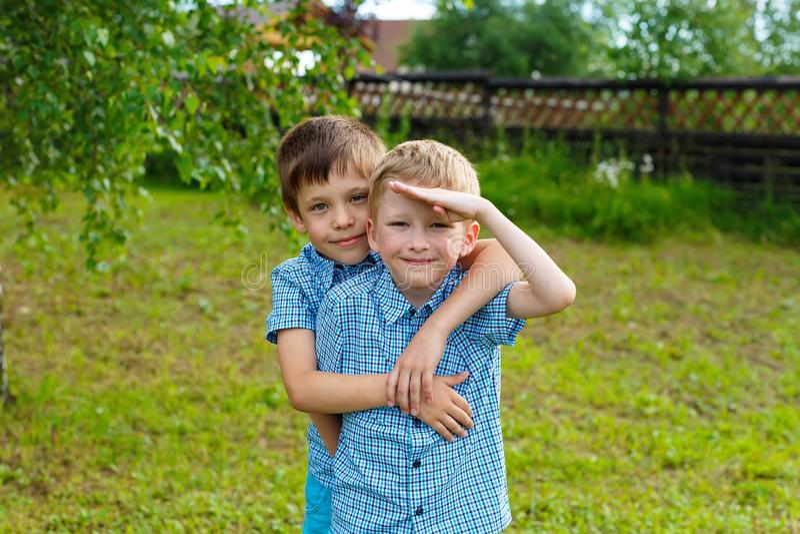 Meninos de sete anos dos gêmeos foto de stock