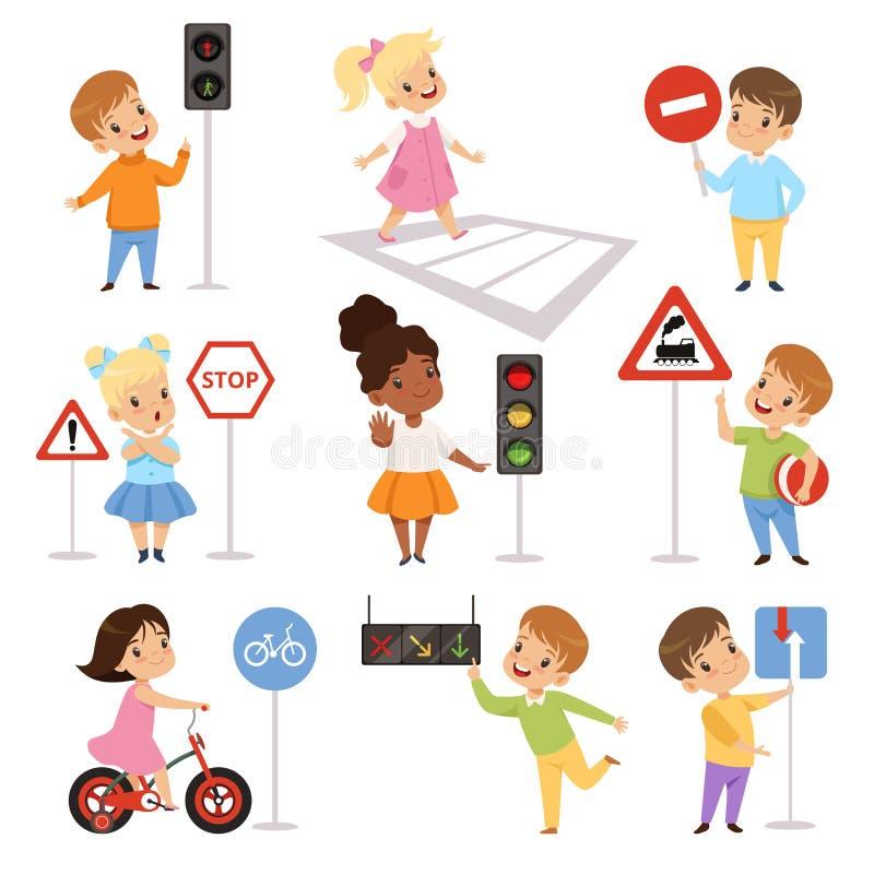 Meninos de sorriso bonitos e criança das meninas que aprende regras de grupo da estrada, educação do tráfego, regras, segurança d ilustração stock