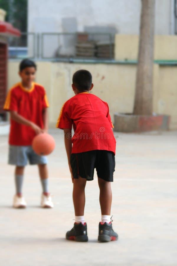Meninos do basquetebol fotos de stock royalty free