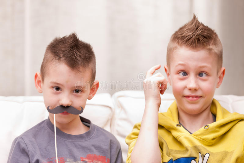 Meninos e bigodes engraçados da cara fotografia de stock royalty free
