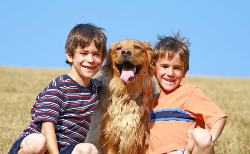 Meninos e cão imagens de stock