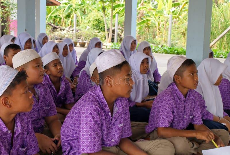 Meninos e meninas em uma escola pública muçulmana em Tailândia fotografia de stock royalty free