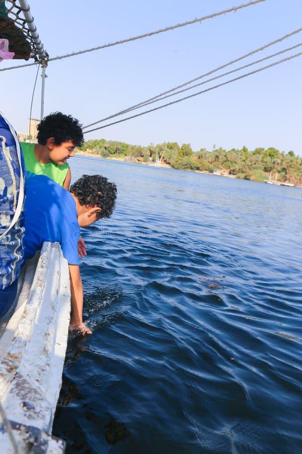 Meninos egípcios no barco foto de stock