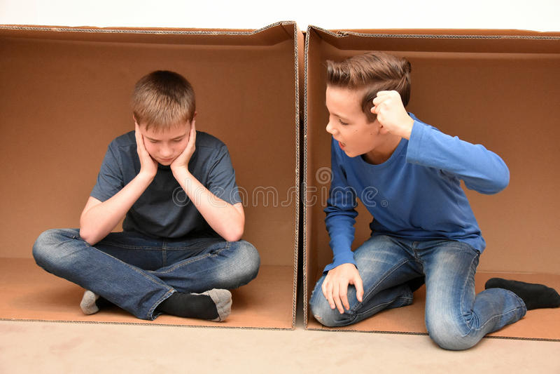 Meninos em caixa movente imagem de stock royalty free