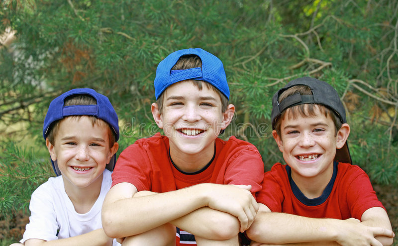 Meninos em chapéus de basebol fotos de stock