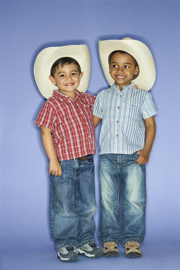 Meninos em chapéus de cowboy. imagem de stock