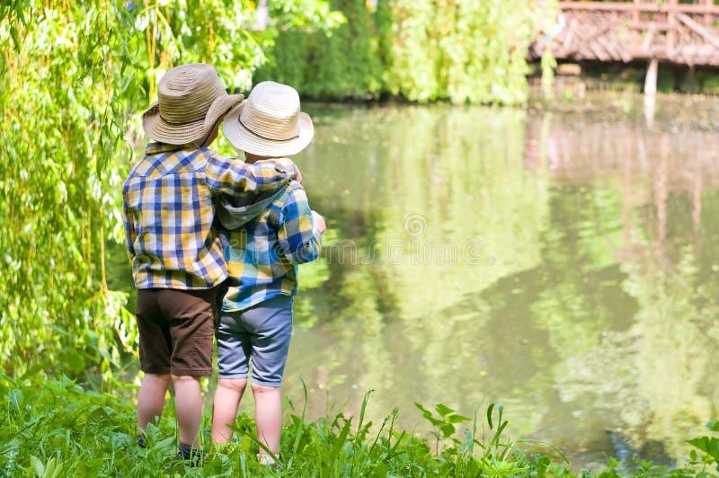 Meninos em chapéus de vaqueiro fotos de stock