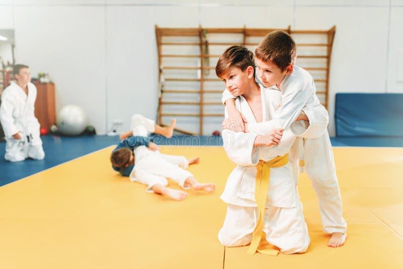 Meninos em lutas do quimono, treinamento do judô da criança imagem de stock royalty free